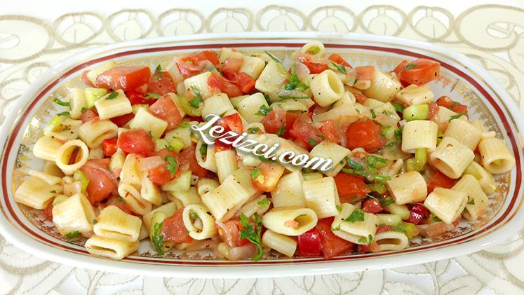 Sağlıklı Ve Doyurucu Makarnalı Yaz Salatası Nasıl Yapılır?